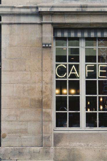 al cafè con gli amici
